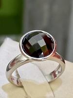 Letisztult formájú, tömör ezüst gyűrű, bordó kővel