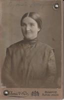 Antik fotó, középkorú hölgy műtermi felvétele, igazolványkép