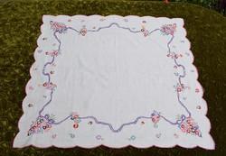 Hímzett terítő , virág mintás díszterítő , asztalterítő 79 x 73 cm