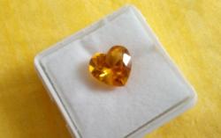 4.85 karátos szív formájú arany sárga zafír drágakő tanúsítvánnyal
