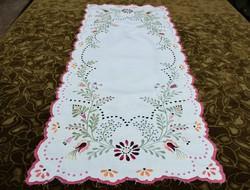 Hímzett terítő , virág mintás díszterítő , asztalterítő , futó terítő 85 x 35 cm