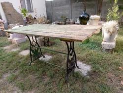 Régi asztal ,varrógép lábbal