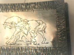 Kézműves fém doboz, lovát megfékező csikóssal,  háttérben viharfelhők