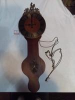 Nagy méretű, rézveretes, réz láncos falióra - 85,5 cm