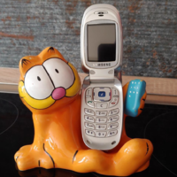 Retro porcelain phone holder with garfield guardrail decor phone