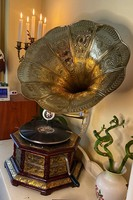 Wooden, cylindrical gramophone with copper beat, turntable
