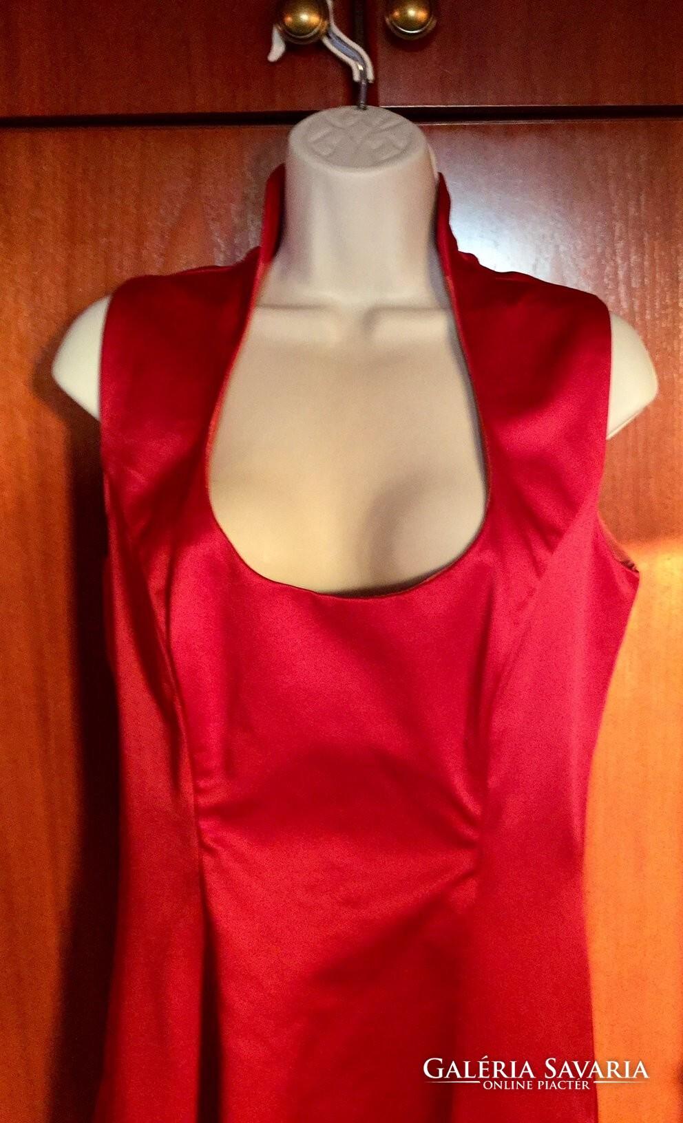 Hosszú brokát bélelt piros estélyi ruha Makány Márta iparművész munkája. a236423aa0